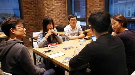 15일 저녁 서울 동교동 미디어카페 후에서 구의역 사고 1년을 맞아 청년노동자 5명이 모여 이야기를 나누고 있다. 강재훈 선임기자 khan@hani.co.kr