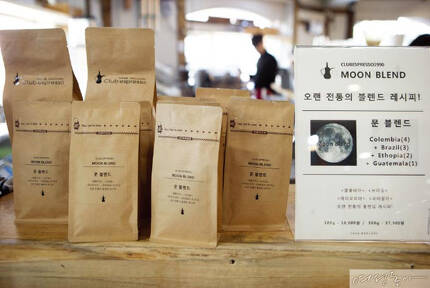 '문전성시'를 이룬 문재인 대통령의 단골 커피숍에는  문 대통령 스타일의 블렌딩 커피를 찾는 사람이 크게 늘어 별도 매대가 생겼다.