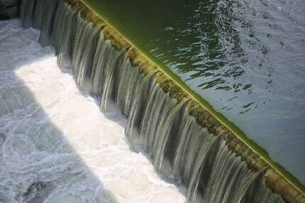 ▲ 지난 1일 정부가 창녕함안보 수문을 개방하자 녹색으로 오염된 물이 흘러내리고 있다. ⓒ프레시안(최형락)