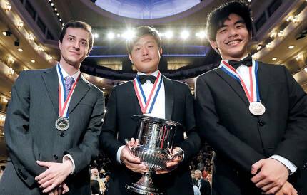 55년 역사를 지닌 반 클라이번 콩쿠르에서 10일 밤(현지 시각) 한국인 최초로 금메달을 목에 건 선우예권(가운데)과 2위를 한 미국의 케네스 브로버그(왼쪽), 3위 대니얼 쉬.