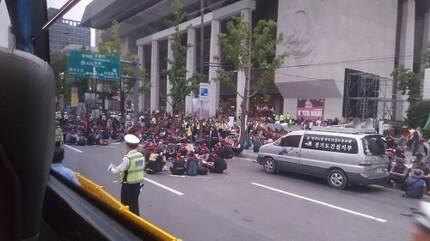 이날 건설노조 집회 참가자들이 차도를 점거한 모습.[독자 제공=연합뉴스]