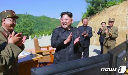 북한 노동당 기관지 노동신문은 5일 김정은 노동당 위원장이 참관한 가운데 대륙간탄도미사일(ICBM) 화성-14형의 시험발사를 성공했다고 보도했다. (출처:노동신문) © News1