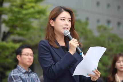 ▲ 22일 서울 상암동 MBC 앞에서 열린 기자회견에서 손정은 MBC 아나운서는 한 고위 간부가 임원회의에서 '손정은이 인사를 하지 않았다'며 방송에서 하차시켰다고 폭로했다. 사진=이치열 기자