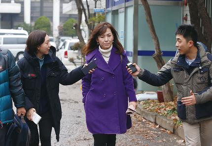 전직 신부 김아무개씨가 고소한 사건과 관련해 공지영 작가가 조사를 받기 위해 2015년 11월29일 오후 서울 서초경찰서로 들어서고 있다. © 사진=연합뉴스