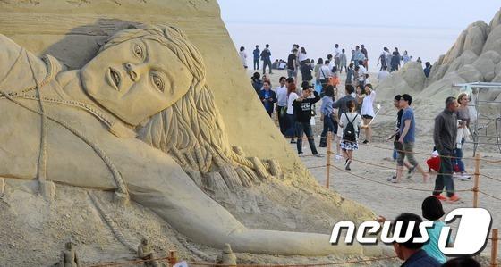 지난해 5월 28일 오후 부산 해운대해수욕장에서 열린 '해운대 모래축제'를 관람하기 위한 인파들이 몰려 북새통을 이루고 있다. 2016.5.28/뉴스1 © News1 여주연 기자