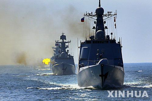 중국과 러시아 군함이 화포를 쏘며 연합훈련을 펼치고 있다.