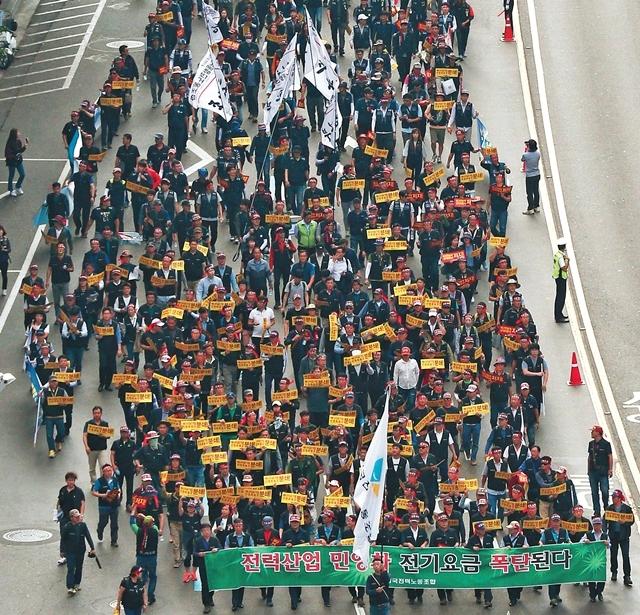 전국공공산업노조연맹 조합원들이 지난 9월22일 정부의 성과연봉제 시행 중단을 요구하면서 서울역에서 을지로 방향으로 거리행진을 하고 있다. 한겨레 신소영 기자