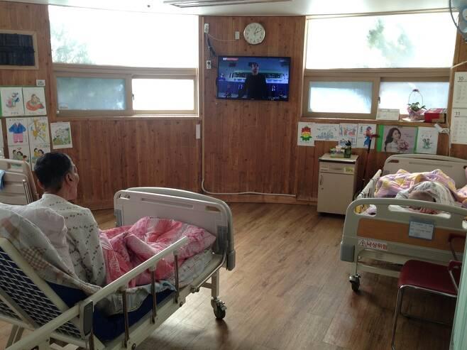 인천 서구의 ㄱ요양원 병실에서 노인들이 텔레비전을 보고 있는 모습. ㄱ요양원은 3년전만 해도 120명의 아이들이 뛰어노는 어린이집이었지만 현재는 29병상이 있는 요양원으로 바뀌었다. 이 병실은 원래 아이들이 수업을 받던 교실이었다. 황보연 기자