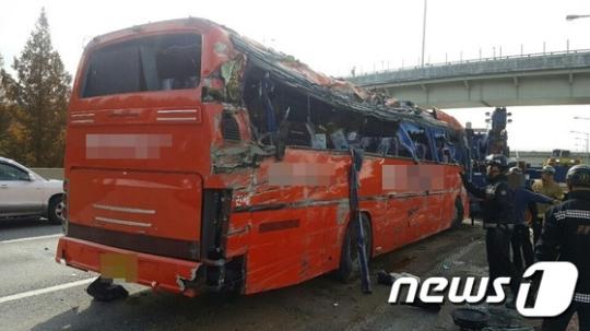 지난 6일 경부고속도로 부산방향 회덕 분기점 인근에서 관광버스가 전복돼 이모씨(75) 등 4명이 숨지는 사고를 유발한 혐의로 승용자 운전자 윤모씨(76)가 구속됐다. /사진=뉴스1