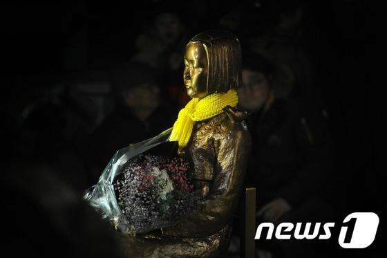 지난달 30일 부산 일본총영사관 앞에서 설치된 소녀상. 2016.12.31/뉴스1 © News1 여주연 기자
