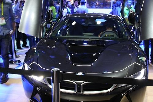 인텔이 'CES 2017' 부스에 전시한 BMW i8 자동차. 인텔은 이 차와 증강현실 헤드셋을 이용해 클라우드 기반의 인공지능 알고리즘이 관장하는 완전 자율주행을 미리 선보였다.
