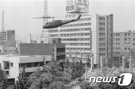 1980년 5·18 민주화운동 당시 광주 동구 전일빌딩 주변에 헬기가 떠 있는 모습.(5·18기념재단 제공)/뉴스1 © News1 신채린 기자