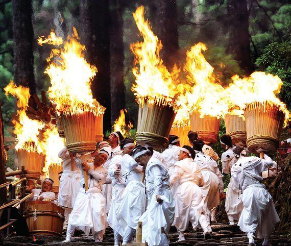 일본 중부 와카야마현(和歌山?)에서 주민들이 토착종교 12신을 기리기 위해 12개의 횃불을 나르고 있다. 매년 한 번 열리는 이 행사에서 주민들은 `구마노 나치 다이샤`신전에서 횃불을 들고 나치 폭포로 향한다. [중앙포토]