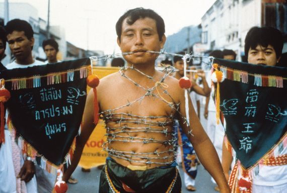 태국 푸껫에서는 매년 음력 9월 초 중국계 도교 신도들이 주관하는 채식주의자 축제가 열린다. 사람들은 최소 3일 동안 육식을 금한다. 또 뺨에 구멍을 내고 칼이나 꼬챙이로 꿰거나 팔뚝·가슴 등에 칼을 꽂기도 한다. [중앙포토]