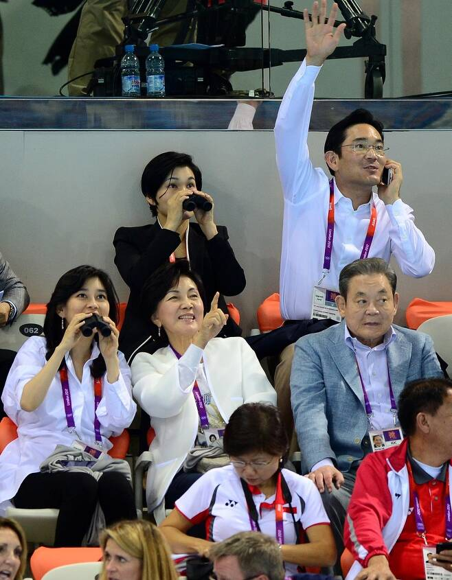 2012년 7월28일 이건희 국제올림픽위원회(IOC) 위원(오른쪽)과 가족 일가가 런던올림픽파크 아쿠아틱센터 수영경기장에서 열린 박태환 선수의 수영 경기를 관람하고 있다. 올림픽사진공동취재단