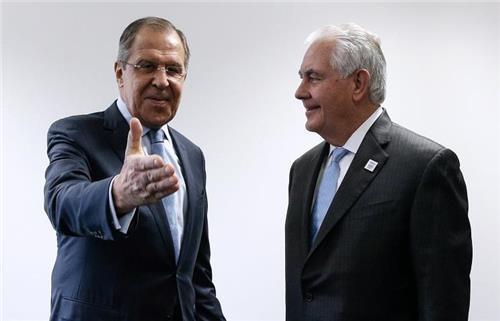 독일 본에서 16일 만난 세르게이 라브로프 러시아 외무장관(왼쪽)과 렉스 틸러슨 미국 국무장관 [타스=연합뉴스]