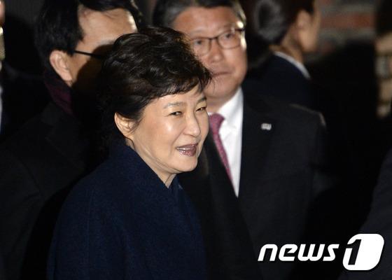 박근혜 전 대통령이 헌법재판소의 탄핵심판 인용으로 청와대를 떠난 지난 12일 저녁 서울 강남구 삼성동 자택에 도착해 마중 나온 친박 의원 및 전 비서실장들과 인사하고 있다. /뉴스1 © News1 안은나 기자