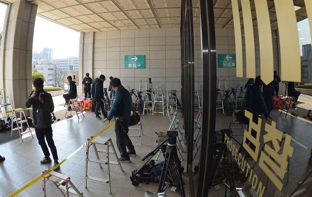 검찰이 오는 21일 박근혜 전 대통령 소환조사를 통보한 가운데 15일 서울 서초동 서울중앙지검에서 취재진이 포토라인을 설치하고 있다. 홍인기 기자