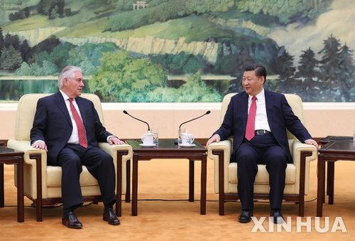 """【베이징=신화/뉴시스】중국 시진핑(習近平) 국가주석이 19일 오전 베이징 인민대회당에서 렉스 틸러슨 미국 국무장관과 회담을 갖고 있다. 시 주석은 이날 회담에서 """"협력 만이 미·중 양국의 현명한 선택""""이라고 밝혔다. 2017.03.19"""