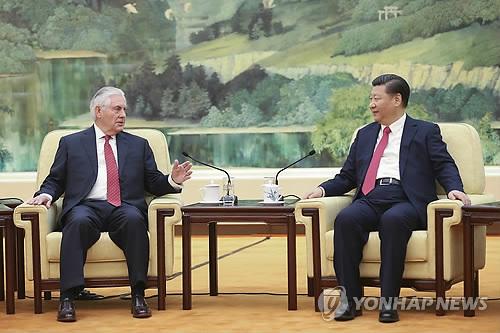(베이징 EPA=연합뉴스) 중국을 방문한 렉스 틸러슨 미국 국무장관(왼쪽)이 19일(현지시간) 베이징 인민대회당에서 시진핑(習近平) 국가주석을 만나 대화하고 있다.       틸러슨 장관은 중국과의 관계의 진전을 기대한다는 도널드 트럼프 대통령의 메시지를 전달했다.       bulls@yna.co.kr