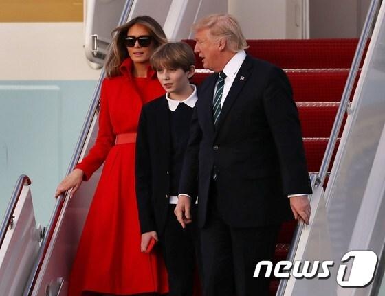 17일(현지시간) 대통령 전용기 에어포스원을 타고 플로리다 주 팜비치에 도착한 도널드 트럼프 미국 대통령(맨 오른쪽)과 영부인 멜라니아, 아들 배런. © AFP=뉴스1