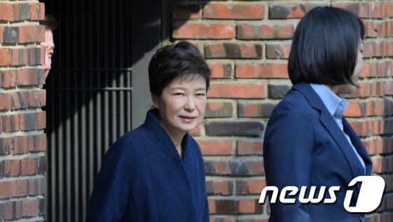 헌정 사상 처음으로 파면된 박근혜 전 대통령이 21일 오전 뇌물수수 등 혐의의 피의자 신분으로 검찰조사를 받기위해 서울 삼성동 자택을 나서고 있다.  2017.3.21/뉴스1 © News1 김명섭 기자