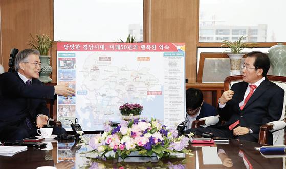 2015년 3월 경남도청을 방문한 새정치민주연합 문재인 대표(왼쪽)와 대화를 나누는 홍준표 경남지사. [중앙포토]
