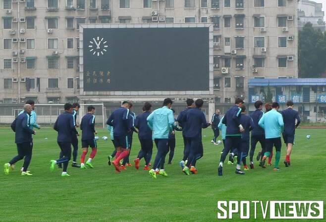 ▲ 훈련장까지 빼앗겼지만 슈틸리케호가 새로 얻은 훈련장 잔디도 K리그보다 상태가 좋았다.