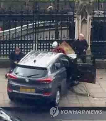 (런던=연합뉴스) 황정우 특파원 = 22일(현지시간) 영국 런던 의사당 밖에서 발생한 테러로 중상을 입은 60대 여성을 포함해 한국인 관광객 5명이 다친 것으로 확인됐다. 2017.3.23 [텔레그래프 캡처=연합뉴스]