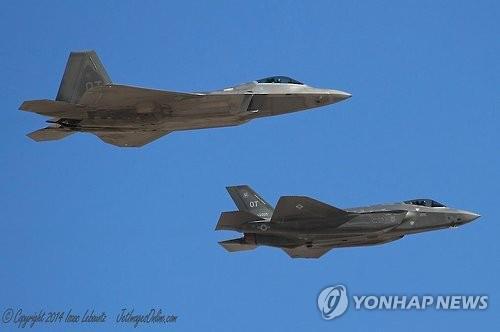 비행중인 미국의 스텔스기 F-22(왼쪽)와 F-35. 2016.11.2 [미 국방부 제공=연합뉴스]