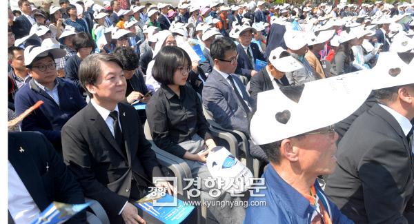일반석에 앉은 안철수 국민의당 안철수 전 대표가 18일 광주 국립5·18민주묘지에서 열린 37주년 5·18민주화운동 기념식에서 일반시민석에 앉아 행사를 지켜보고 있다. 광주 | 이준헌 기자 ifwedont@kyunghyang.com