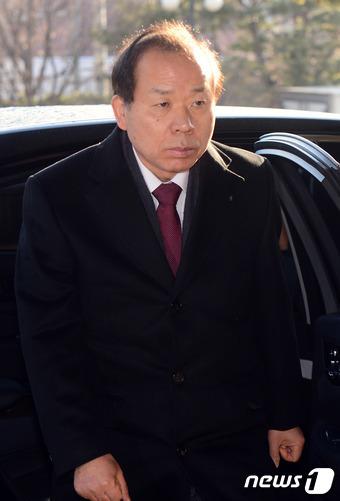 김이수 헌법재판관이 20일 오전 서울 종로구 헌법재판소로 출근하고 있다. 2017.2.20/뉴스1 © News1 최현규 기자