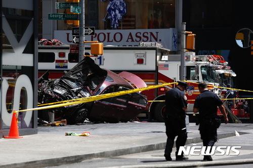 【뉴욕=AP/뉴시스】18일(현지시간) 미국 뉴욕 타임스스퀘어 45번가와 브로드웨이 사이에 부서진 차량이 보이고 있다. 이날 뉴욕 타임스스퀘어에  차량이 돌진해 1명이 사망하고 20여 명이 부상했다고 현지 경찰이 밝혔다. 2017.05.19