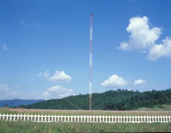 KRISS 캠퍼스 내에 위치한 표준주파수국의 시보탑, 이곳에서 단파 표준시를 보급하고 있다. / 표준연 제공