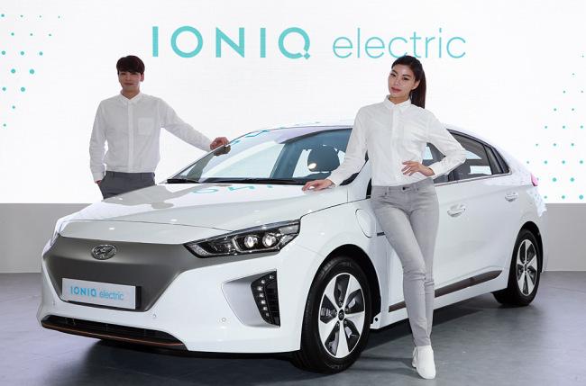 <사진>현대차가 친환경 이미지 흰색의 아이오닉 일렉트릭을 출시하는 모습