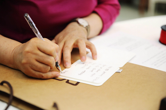 김정숙 여사가 여야 5당 원내대표들에게 줄 손편지를 쓰고 있다.청와대 제공