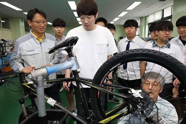 서울 성수공업고등학교의 학교협동조합 '바이크쿱'에서 교사와 학생들이 자전거 정비 실습을 하고 있다. 6월 개소식을 앞둔 바이크쿱은 자전거 이용자를 대상으로 한 정비 교실, 학생들의 안전한 현장실습 등의 프로그램을 진행할 예정이다. 류우종 기자