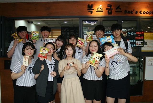 경기도 성남시 복정고등학교에서 운영하는 매점 협동조합 '복스쿱스'의 조합원인 전민경 교사(가운데)와 학생들. 복스쿱스는 전국 1호 학교협동조합이다. 전민경 제공