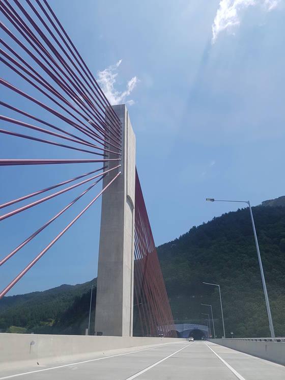 마치 학이 날개를 편 듯한 내린천교의 모습. 박진호 기자.