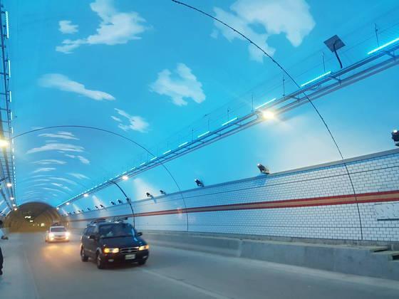 국내 최장 터널인 인제 터널 안쪽에 설치된 경관 조명. 박진호 기자