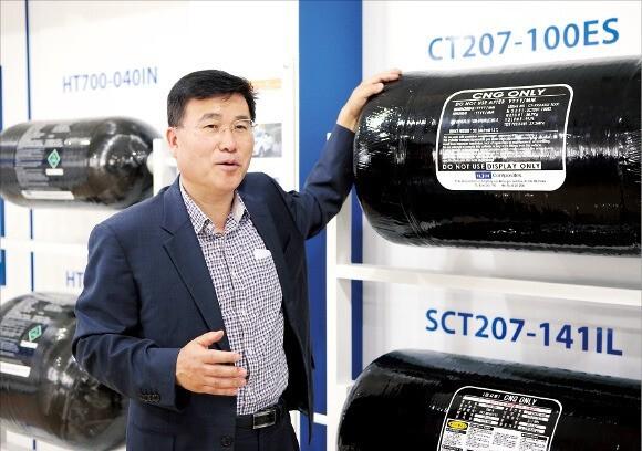 박승권 일진복합소재 대표가 전북 완주산업단지에 있는 본사 공장에서 압축천연가스(CNG) 복합소재 고압연료탱크에 대해 설명하고 있다.  일진그룹 제공