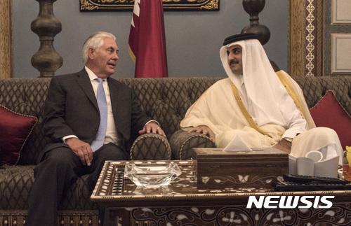 【도하=AP/뉴시스】 렉스 틸러슨 미 국무장관이 11일(현지시간) 카타르 단교 사태 중재를 위해 카타르를 방문해 셰이크 타밈 빈 하사드 알사니 카타르 국왕을 만났다. 이날 미국과 카타르는 테러단체에 대한 자금지원을 막는 양해각서를 체결했다. 2017.07.12