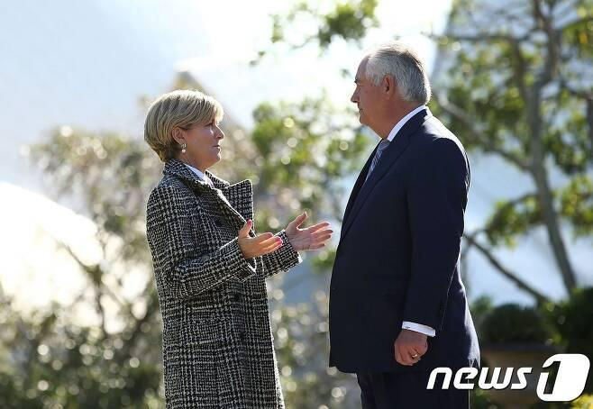 줄리 비숍 호주 외무장관(왼쪽)이 지난 6월 5일(현지시간) 시드니에서 열린 장관급 회담에서 렉스 틸러슨 미 국무장관(오른쪽)과 이야기를 나누고 있다.© AFP=뉴스1