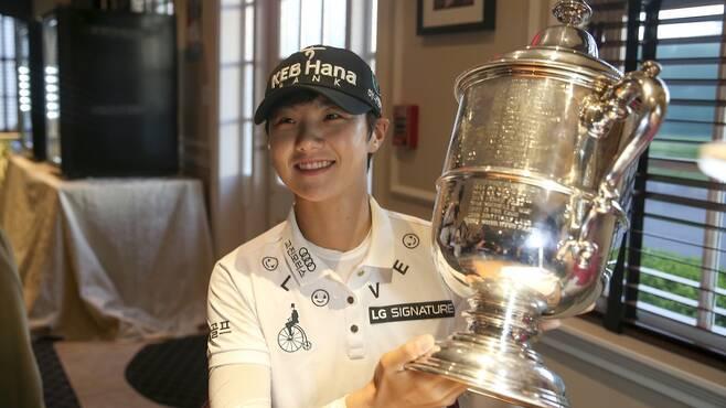 박성현이 자신의 이름이 새겨진 유에스여자오픈 우승 트로피를 들고 좋아하고 있다.  미국골프협회(USGA) 제공