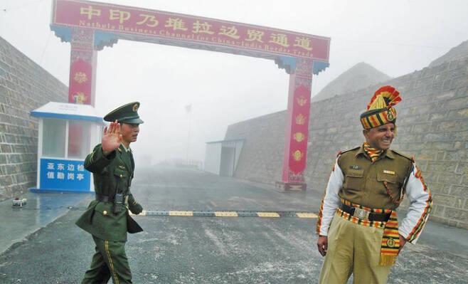 중국과 인도는 최근 히말라야 고원의 접경(接境)지대에서 두 달 가까이 군사적으로 대치하며 국경분쟁을 벌이고 있다. 사진은 지난 2008년 7월 인도 북동부 시킴주(州) 국경지대에서 근무 중인 중국 군인(왼쪽)과 인도 군인의 모습. /AFP 연합뉴스