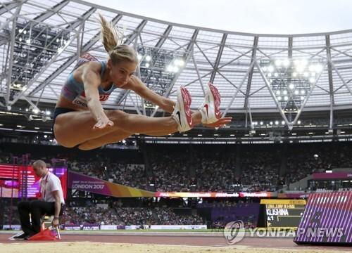 (런던 AP=연합뉴스) 러시아 멀리뛰기 다리야 클리시나가 12일(한국시간) 런던 올림픽 스타디움에서 열린 여자 멀리뛰기 결승에서 도약하고 있다.