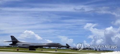 북한의 포위사격 위협을 받는 괌 앤더슨 공군기지에서 대기하는 장거리 전략폭격기 B-1B '랜서'[미 공군 제공=연합뉴스]