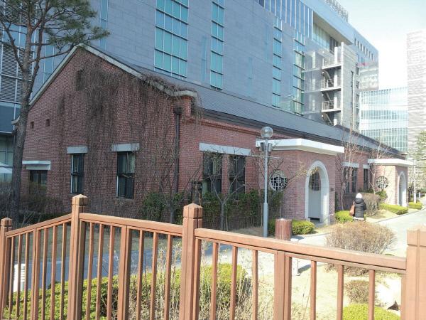 1936년 지어진 경방 사무동. 지난 2009년 완공한 경방타임스퀘어 남쪽에 복원돼 있다. / 신상미