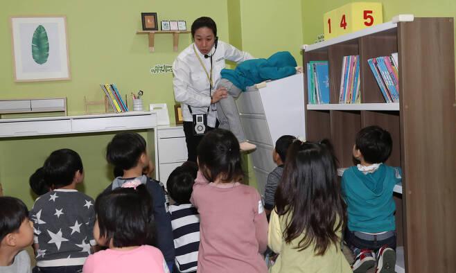 어린이들이 1층 가정안전체험관에서 가구가 넘어질 경우의 행동요령과 안전교육을 받고 있다. 우상조 기자