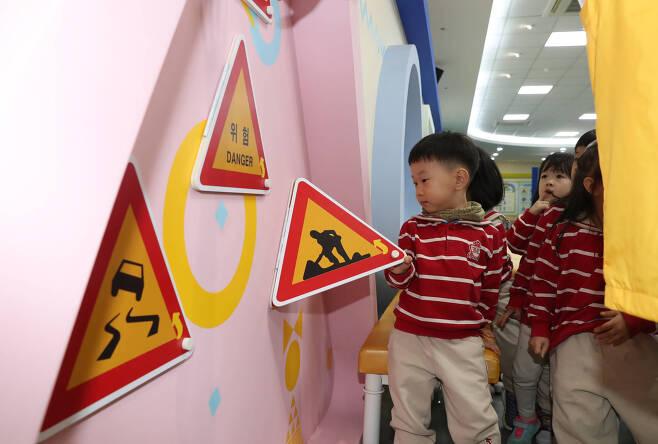 어린이들이 2층 교통안전체험관에서 교통안전교육을 하고 있다. 벽면에 부착된 교통안전표지판을 들어올리면 표지판에 대한 정보가 기재되어 있다. 우상조 기자